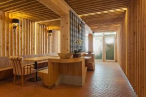 Rivestimento pareti e arredamento sala comitive in cirmolo e olmo