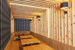 Rivestimento pareti  e arredamento sala comitive