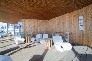 Rivestimento soffitto e parete in cirmolo, pavimento in ipé massello