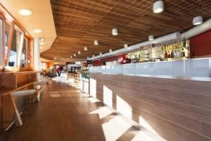 Tavolini, rivestimento soffitto e bancone